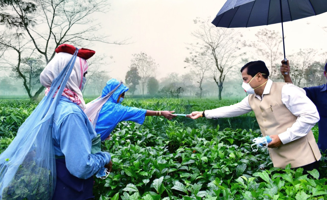 Sonowal distributed masks among tea garden workers
